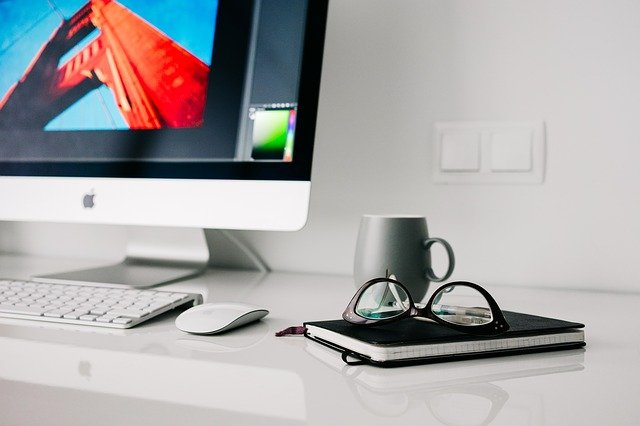 kancelář a brýle
