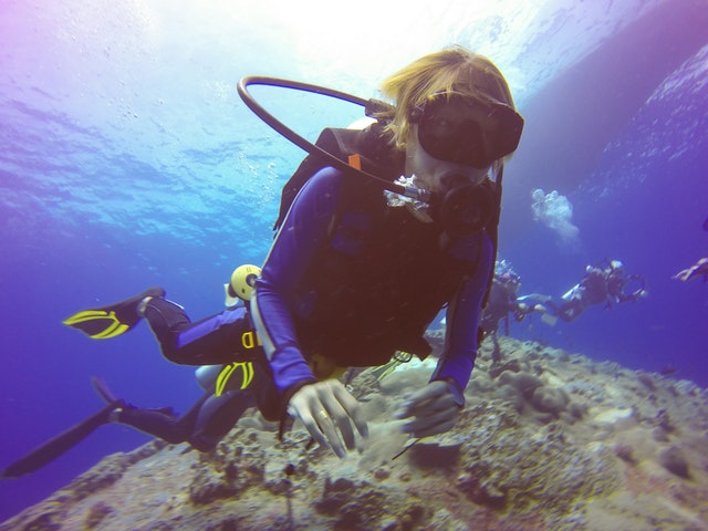 Ľudia, ktorí sa potápajú v mori