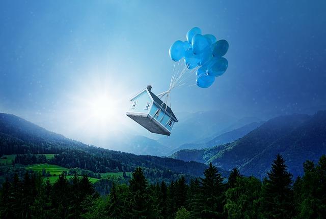 Dom zavesený na balónoch, lietajúci nad krajinou v oblakoch