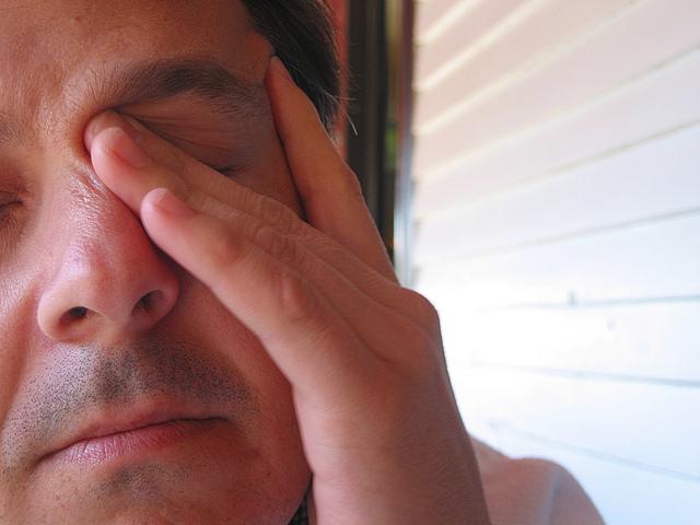 Muž s alergiou si pretiera oči.jpg