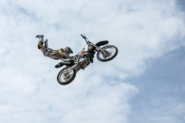 motorkár predvádzajúci kúsok na motorke