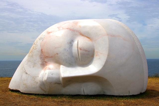 Kamenná socha tváre spiaceho človeka