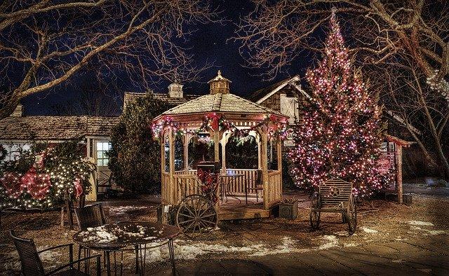 Rozsvietený altánok na záhrade, strom so svetlami v noci.jpg