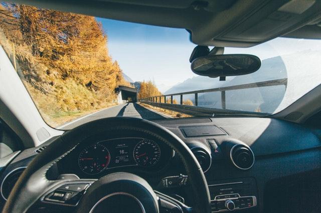 Pohľad z miesta vodiča cez predné sklo na cestu a tunel.jpg