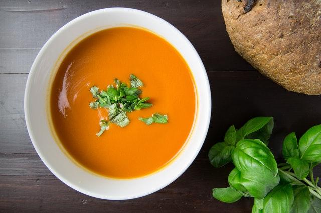 Oranžová krémová polievka so zelenou vňaťou a bazalka.jpg