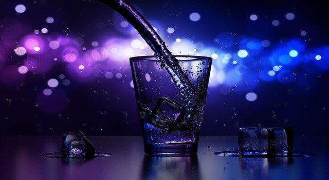 Bar, nalievanie drinku do pohára.jpg