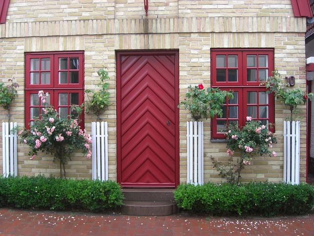 Dom s červenými dverami a červenými oknami.jpg