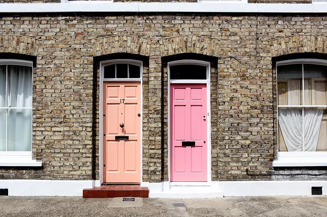 Ružové a oranžové dvere na tehlovom dome.jpg