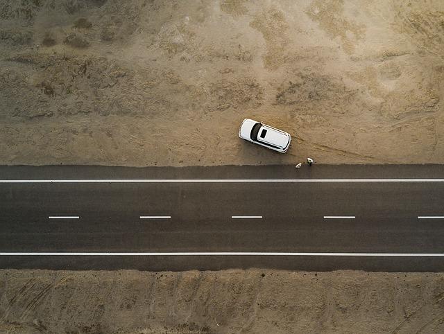 Biele auto stojí mimo cesty na hline.jpg